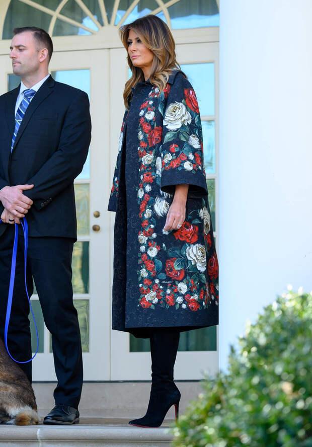 На улице мороз, а на пальто Мелании Трамп распускаются цветы