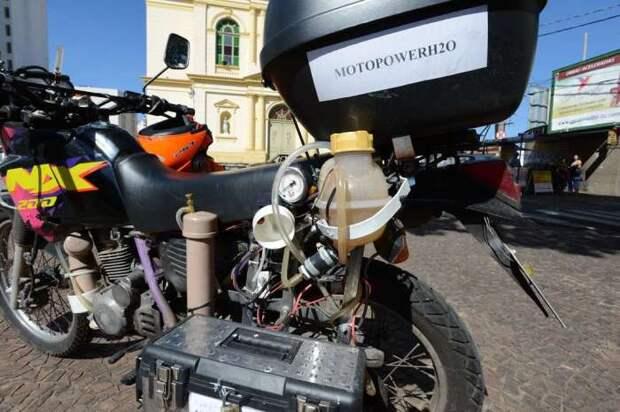Мотоцикл, переоборудованный для работы на воде. | Фото: jornalcruzeiro.com.br.