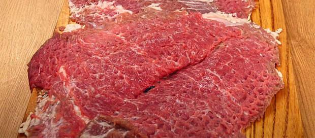 Сворачиваем блины и мясо в рулет. Печем в фольге час и ставим на стол вместо колбасы