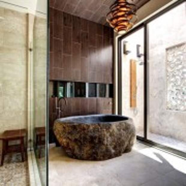 Оригинальная каменная чаша в ванной