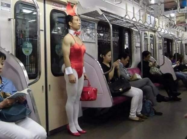 Пекинское метро представляет шоу мальчика-зайчика автобус, люди, метро, общественный транспорт, работа, электричка