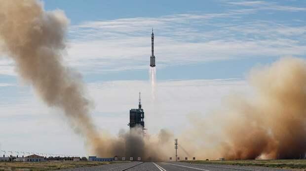 Китайский корабль «Шэньчжоу-12» с тремя космонавтами вышел на орбиту