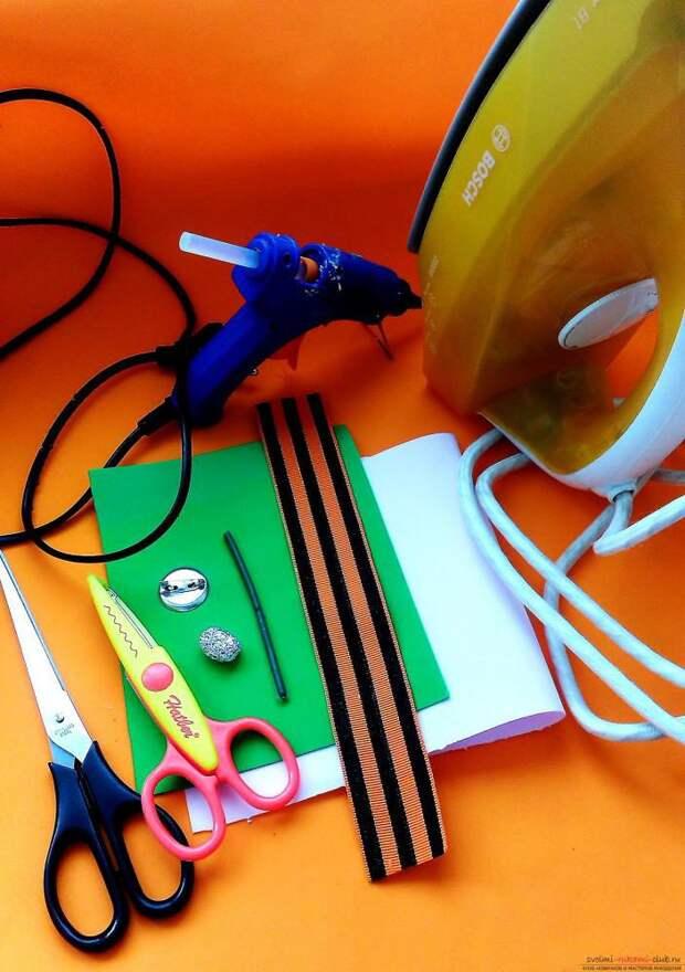 Этот мастер-класс расскажет как сделать брошь из георгиевской ленты с гвоздикой из фоамирана.. Фото №2