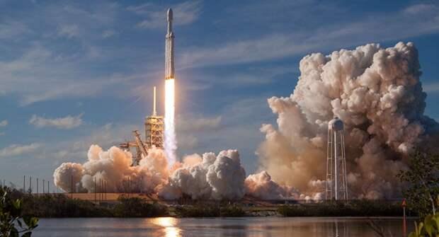SpaceX впервые запустила сверхтяжелую ракету Falcon Heavy