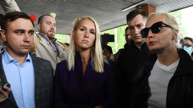 Подружка Навального отреклась от соратничков