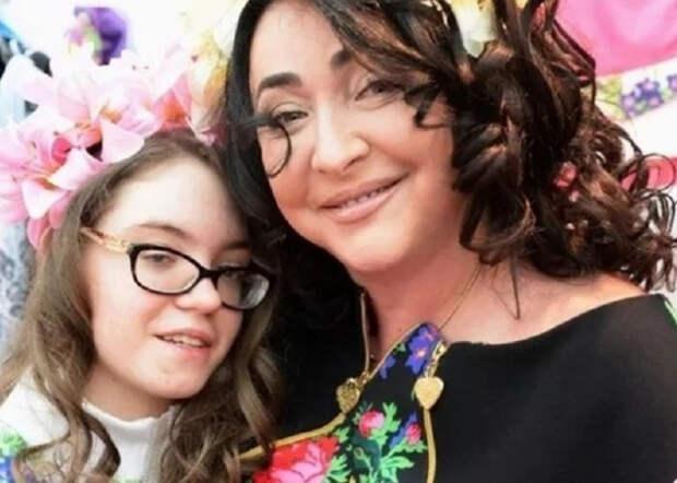 Лолита Милявская два года не видела дочку Еву и наконец встретилась с ней на отдыхе