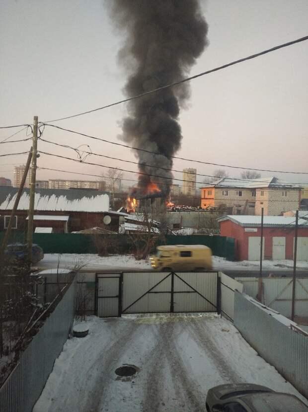 Авторазбор горит в районе «болота» в Ижевске