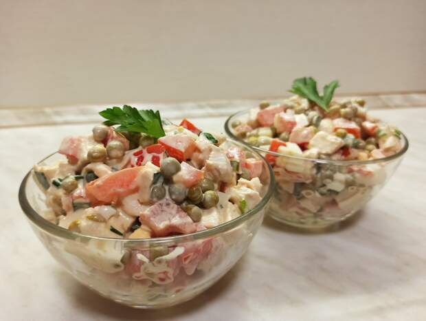 Простой салат с курицей,помидорами и горошком