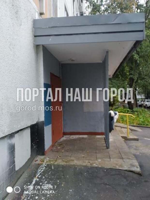 Козырёк подъезда на улице Кулакова вовремя вернули на место