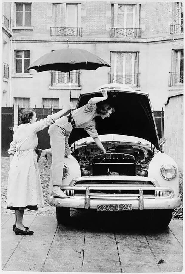 Париж, 1954 г. 20 век, автомеханик, женщина 20 век, женщина и авто, женщина и машина, механики, ретро фото, старые фото