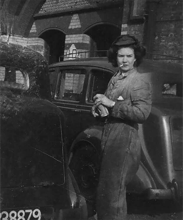 Работница автостанции рядом с автомобилем Humber, во время Второй мировой 20 век, автомеханик, женщина 20 век, женщина и авто, женщина и машина, механики, ретро фото, старые фото