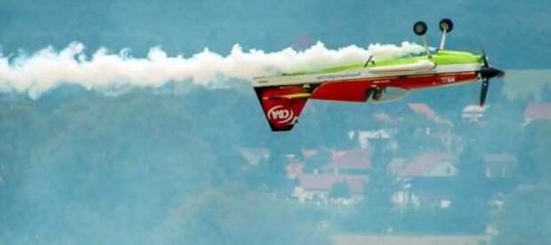 Какая особенность конструкции позволяет самолету летать вверх ногами