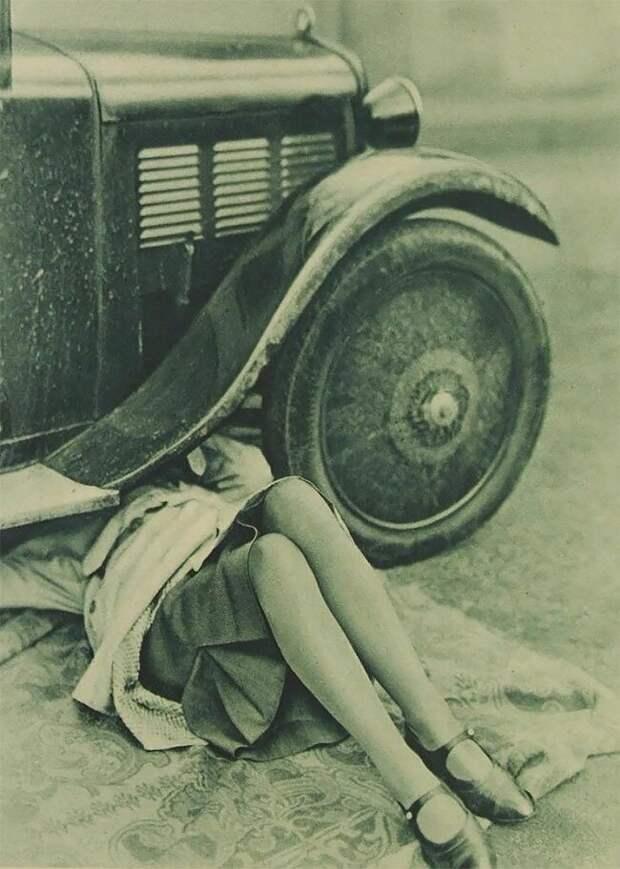 Женщина ремонтирует машину, ок. 1920 г. 20 век, автомеханик, женщина 20 век, женщина и авто, женщина и машина, механики, ретро фото, старые фото