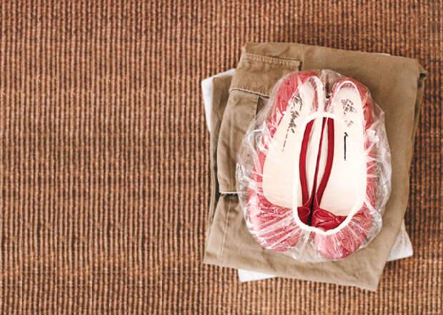 Собирай свои ботинки в шапочку для душа, чтобы держать подошвы от прикосновения к вашей одежде.
