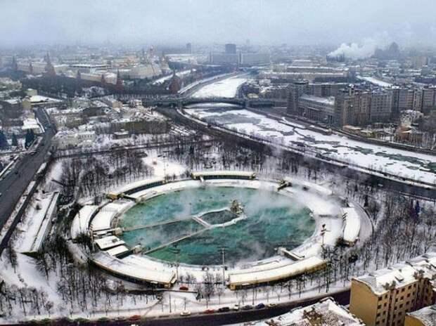 И летом, и зимой бассейн был одинаково популярен. /Фото: pikabu.ru