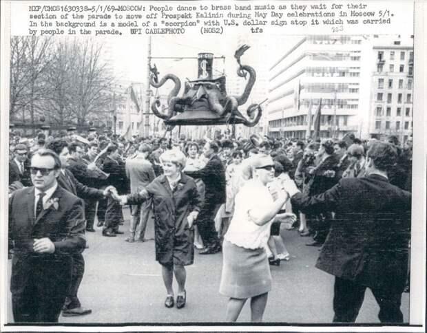 1969. Москва. Люди танцуют под духовой оркестр во время первомайского парада