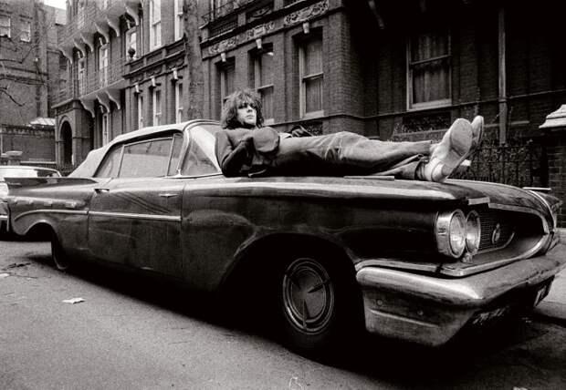 Огромный американский Pontiac в Британии оказался невостребованным.   Фото: theguardian.com.