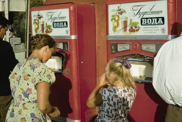 Автоматы с газированной водой. Харрисон Форман, 1964 год, г. Москва, из архива Leonoro Karel.
