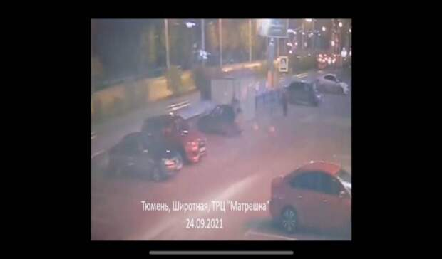Тюменский водитель припарковался наполной скорости: необошлось без разбитой машины