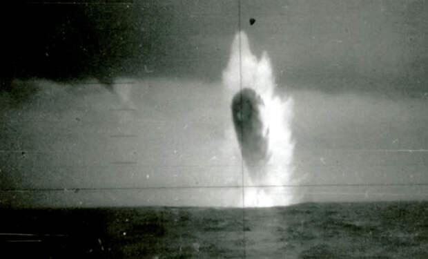 Матросы сняли на камеру взлетающий из воды объект