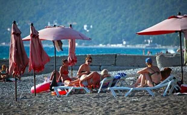 На фото: туристы во время отдыха на городском пляже в Гагре, Абхазия