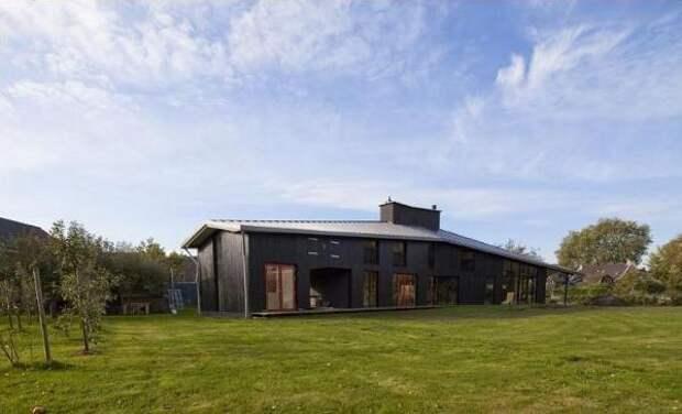 Дизайнерский деревянный дом, с совершенно нестандартным расположением окон, арок и дверей.