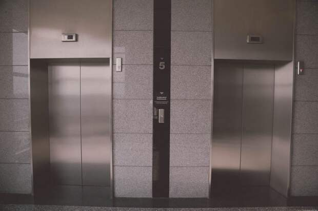 В подъезде дома на Бескудниковском бульваре лифт привели в приличный вид