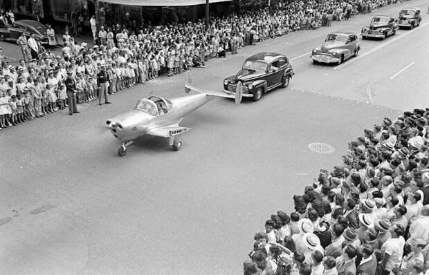 На параде с обрезанными крыльями (чтоб не улетел). Хьюстон, США, 1946. история, мгновения жизни, фотография