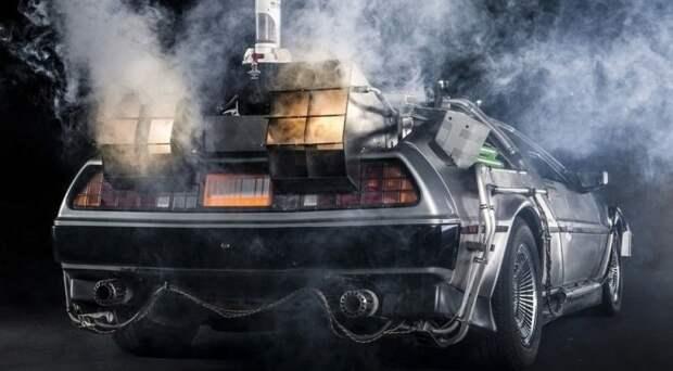 Казалось бы, и фирма, и автомобиль обречены на забвение, но случилось чудо - DMC-12 «прошёл кастинг» и был утверждён на роль машины времени в, ставшей знаменитой, фантастической комедии «Назад в будущее» (первая её серия вышла в 1985 году). delorean dmc-12, dmc-12, авто, автодизайн, автомобили, делореан, машина времени, назад в будущее