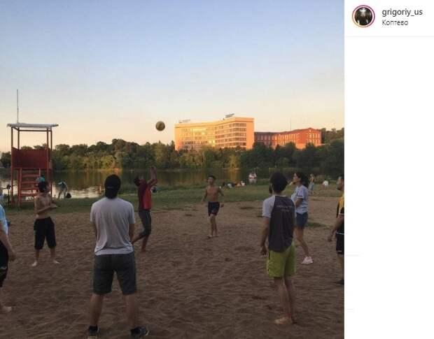 Фото дня: волейбол у Большого Садового пруда