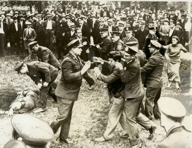 1934. Полицейские арестовывают коммунистических демонстрантов, Вустер, штат Массачусетс