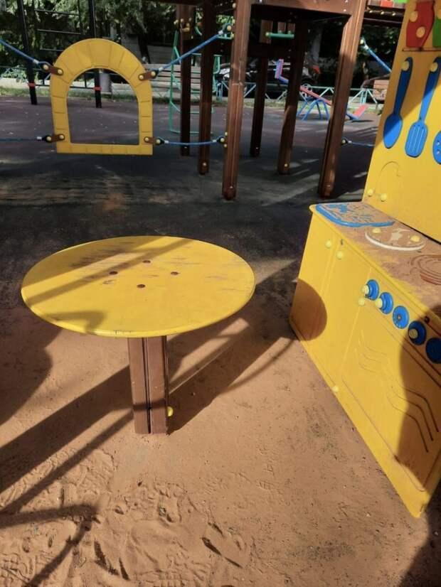 На Шереметьевской починили столик на детской площадке