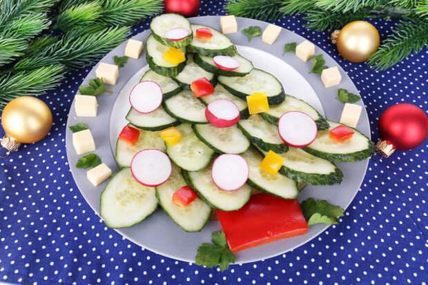 Отличный вариант оформления новогодней овощной нарезки