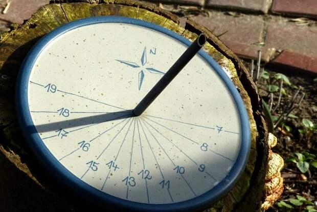 Почему в Северном полушарии стрелки часов движутся слева направо
