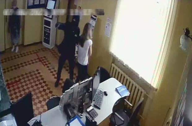 В Феодосии неизвестный в маске и с оружием ограбил отделение банка