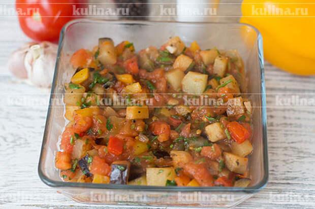 Переложить овощи в огнеупорное блюдо.