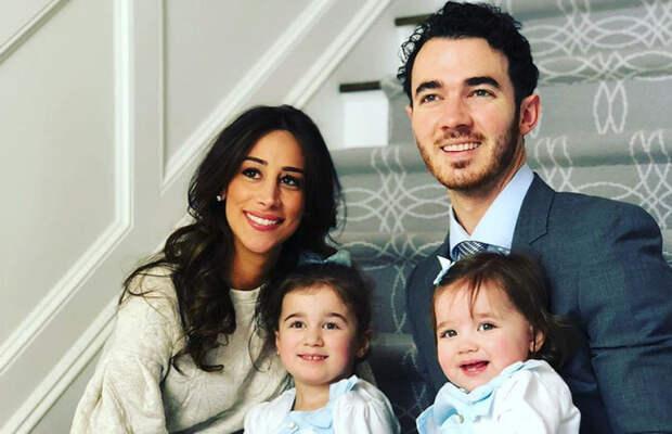 Кевин Джонас с семьей