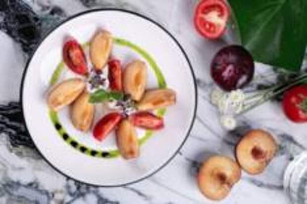 Гастропутешествие в лето - Салат со страчателлой, сливами и томатами