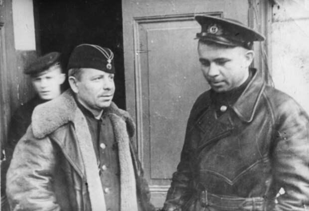 Командир подводной лодки М-96 капитан-лейтенант Александр Маринеско (справа) и командир подводной лодки М-102 капитан-лейтенант Петр Гладилин (справа), 1941 год