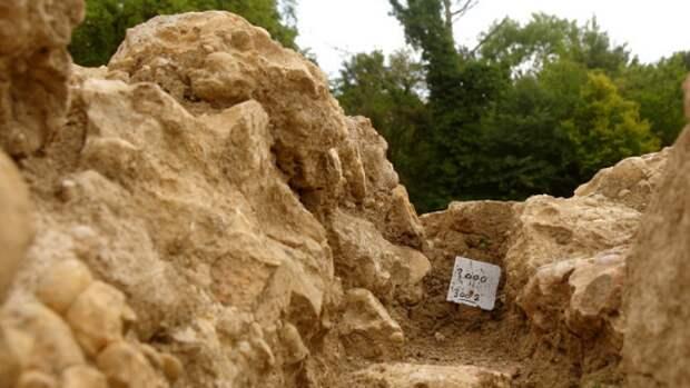 Археологи обнаружили в Израиле осколок кувшина с древнейшим алфавитом