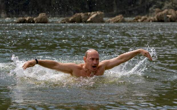 Владимир Путин в озере, Тува, южная Сибирь, 3 августа 2009 года.