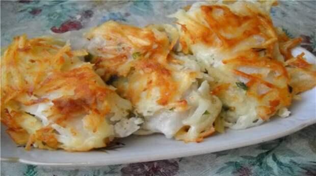 Очень вкусный праздничный рецепт жареной рыбы под тертой картошкой: настоящее ресторанное блюдо