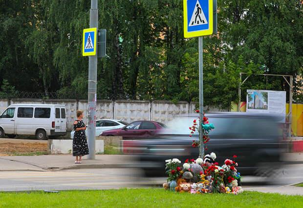 На фото: цветы и детские игрушки на месте ДТП на улице Авиаторов, где 16 июня на пешеходном переходе 18-летняя девушка за рулем автомобиля сбила троих детей. Двое из детей скончались в больнице.