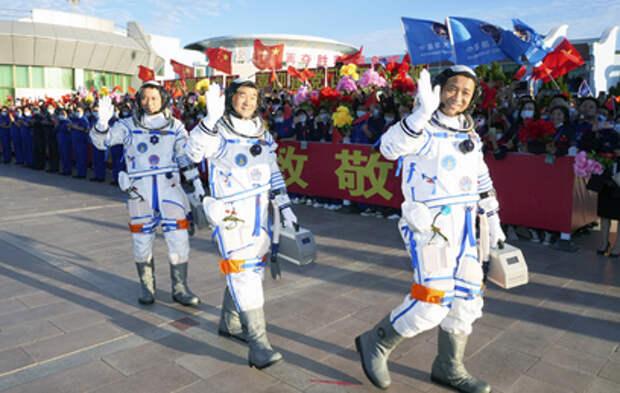 Китай запустил первую за пять лет пилотируемую миссию в космос