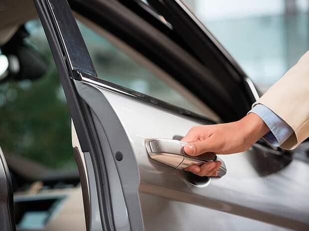 Три вредных привычки водителя, от которых уродуются двери в машине