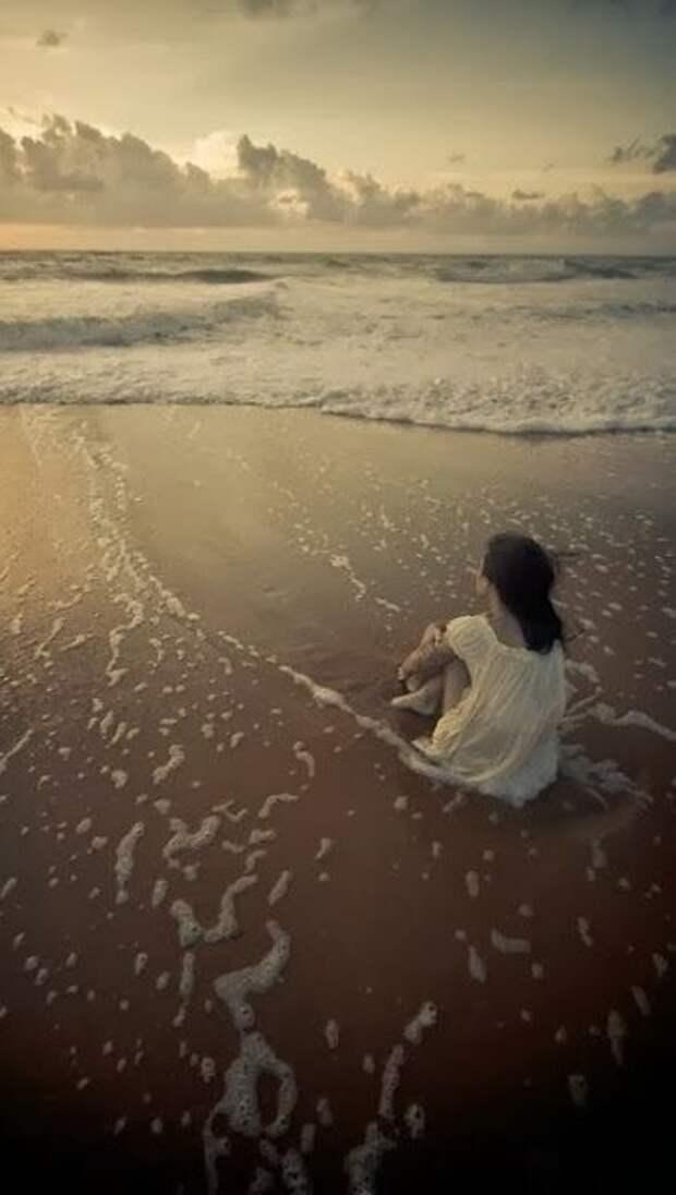 Женщина всегда чуть-чуть, как море.