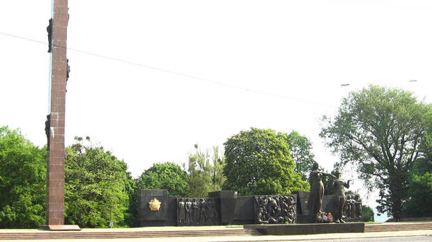 Во Львове начали демонтировать Монумент славы Советской армии