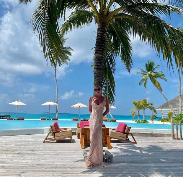 Анастасия Волочкова отдыхает на Мальдивах опять шпагат.