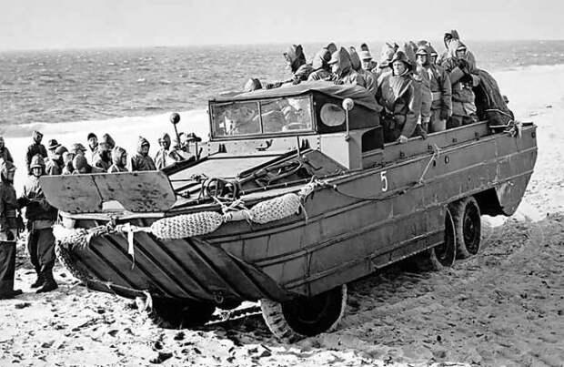 Американская амфибия DUKW-353 могла передвигаться по воде со скоростью до 10 км/ч.   Фото: soviethammer.blogspot.com.