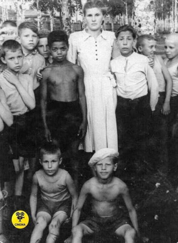 Толя Бовыкин с учительницей и одноклассниками.